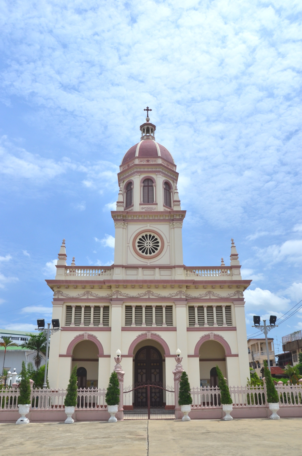 Santa Cruz Church, which was built by Portuguese Catholics during the late 18th century, seems slightly out of place on Bangkok's west bank