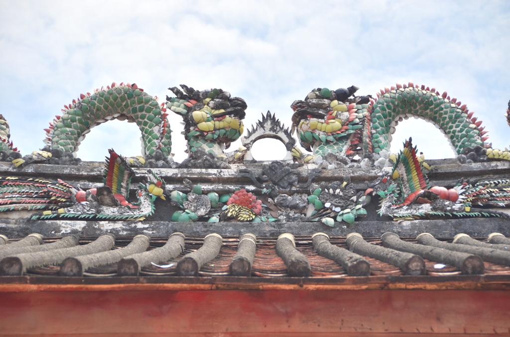 Mosaic dragon statues on the roof of Wat Kudee shrine