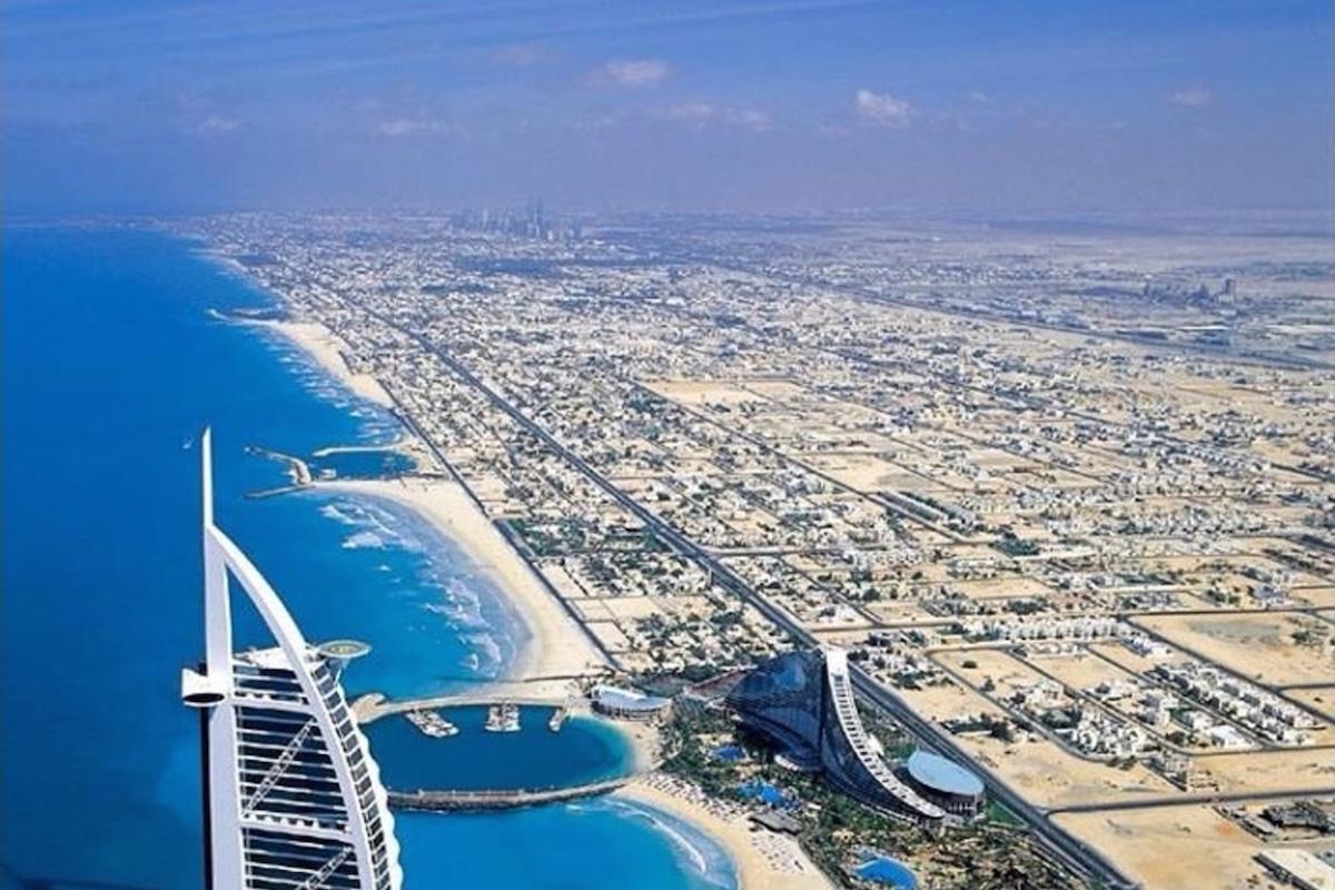 Affordable hotels in glitzy glamorous dubai for Dubai beach hotels cheap